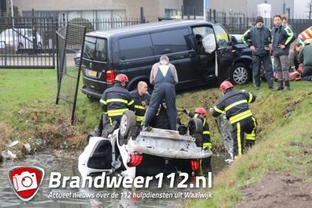 Drie gewonden door ongeluk in Waalwijk, auto belandt ondersteboven in het ijskoude water
