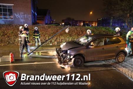 Lantaarnpaal onder auto meegesleurd bij ongeval in Waalwijk
