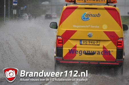 Taxandriaweg staat vol met water in Waalwijk
