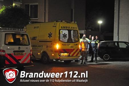Gewonde man zit op straat in Waalwijk en weigert hulp van het ambulancepersoneel