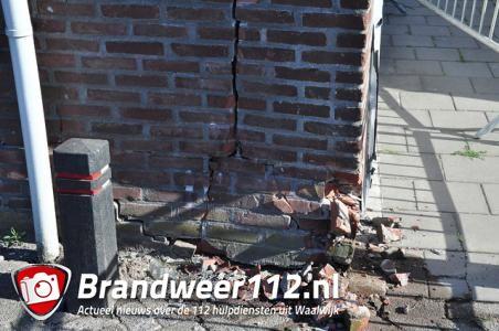 Auto vliegt uit bocht bij Waalwijk-Oost en knalt tegen garage in Waalwijk