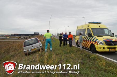 Automobiliste komt in berm terecht na tik van vrachtwagen in Waalwijk