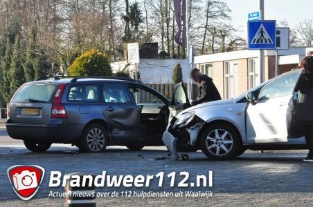 Twee auto's botsen in Waalwijk