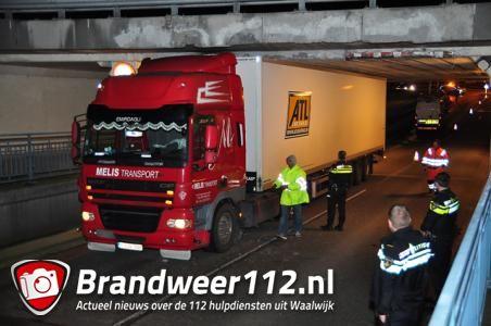 Vrachtwagen klem onder viaduct Waalwijk? Wen er maar aan!