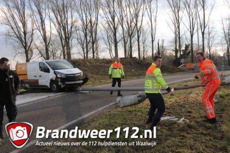 Automobilist ramt lantaarnpaal op de A59 (Maasroute) Waalwijk