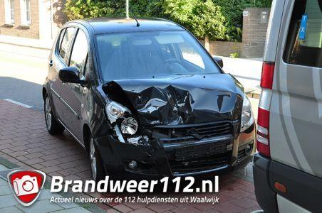 Auto botst op taxibusje aan de Grotestraat Waalwijk