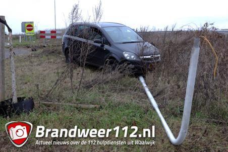 Automobilist vliegt uit de bocht bij Waalwijk-Oost