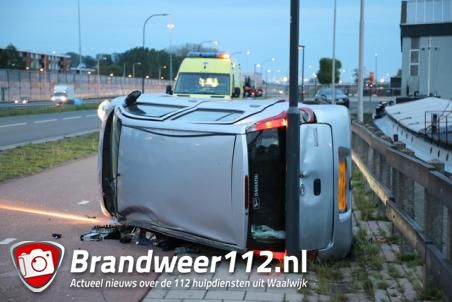 Automobilist in Waalwijk ramt betonblokken en slaat over de kop met auto