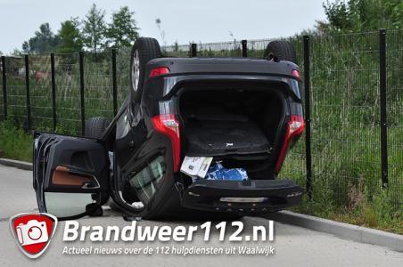 UPDATE: Auto op zijn kop aan de Van Hilststraat Waalwijk