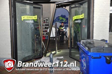 Inbrekers rijden met auto binnen bij Modehuis Van Dijk in Waalwijk