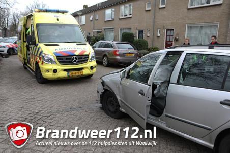 Wagen met vijf inzittenden botst met auto in Waalwijk: man, vrouw en kind gewond