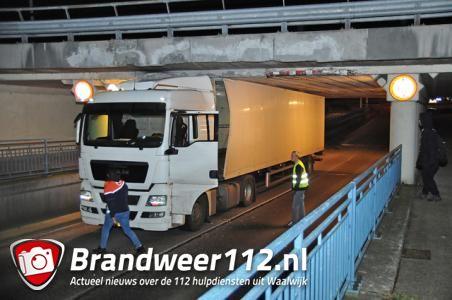 Weer zit er een vrachtwagen muur vast onder berucht viaduct in Waalwijk