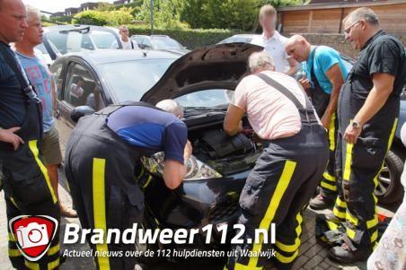 Brandweer bevrijdt kitten uit motorblok van auto in Waalwijk