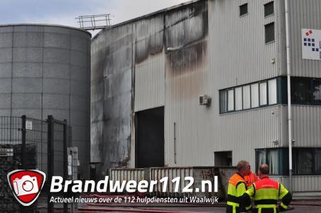 Loods Huiskes Metaal in Waalwijk verwoest na brand, brand was tot in Tilburg te ruiken