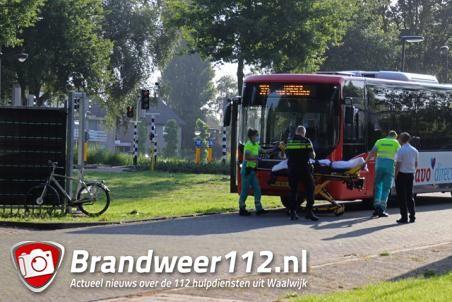 Buschauffeur ziet ongeluk tussen fietser en auto in Waalwijk gebeuren en schiet te hulp
