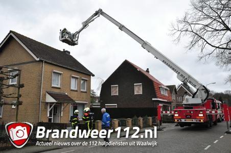 Brandweer blust schoorsteenbrand aan het Oosteind Waalwijk