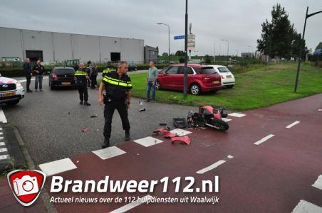 Overstekende scooterrijder botst op auto in Waalwijk