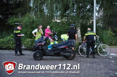Fietser geschept door driewielige motorscooter in Waalwijk