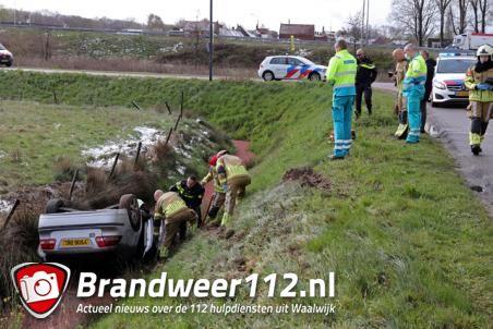 Auto in de sloot aan de Valkenvoortweg Waalwijk