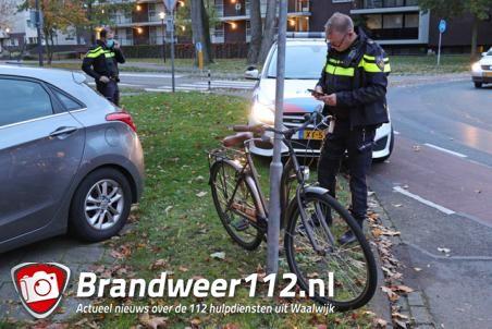 Meisje van fiets gereden op rotonde aan de Groenewoudlaan Waalwijk