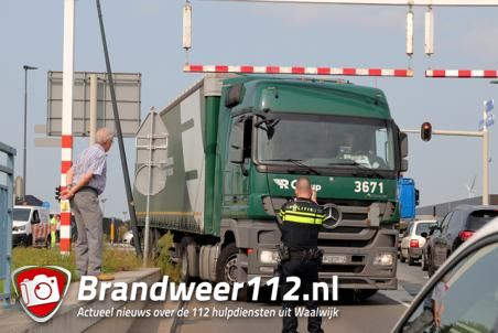 Vrachtwagenchauffeur in de problemen net voor brug aan de Altenaweg Waalwijk