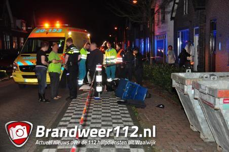 Pizzabezorger knalt op stalen container aan de Sint Antoniusstraat Waalwijk