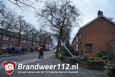 Boom dreigt om te vallen op woning aan de Van Berckenrodelaan Waalwijk