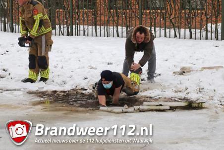 Hulpdiensten rukken massaal uit voor mogelijk kind onder ijs aan de Noorder-Allee Waalwijk