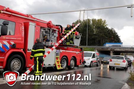 Tractor met aanhanger ramt viaduct en gaat er vandoor aan de Hertog Janstraat Waalwijk