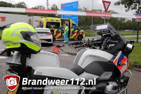 Fietser en auto botsen op Altenaweg in Waalwijk