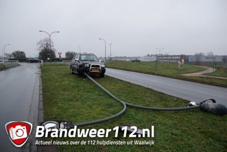 Automobiliste rijdt lantaarnpaal uit de grond in Waalwijk
