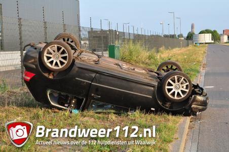 Auto slaat meermaals over de kop door stoeprand in Waalwijk