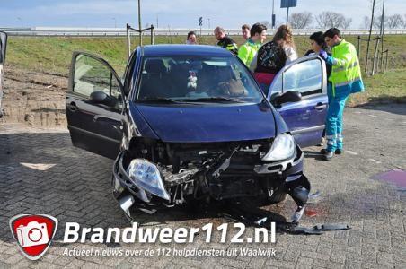 Auto vliegt uit de bocht bij Waalwijk en belandt op parkeerplaats