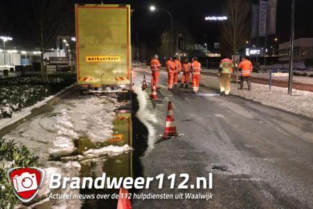 Vrachtwagenchauffeur botst tegen varkensrug en verliest 150 liter diesel aan de Tuinstraat Waalwijk