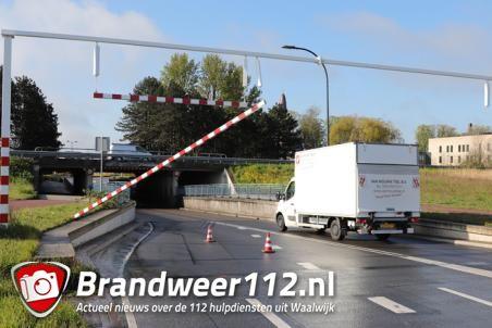 Weer rijdt een vrachtwagenchauffeur de waarschuwingsbalk eraf bij berucht viaduct aan de Hertog Janstraat Waalwijk