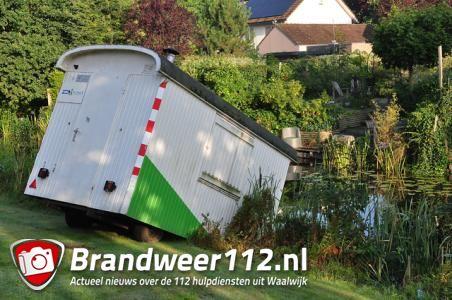 Vandalen in Waalwijk duwen schaftkeet gedeeltelijk in sloot