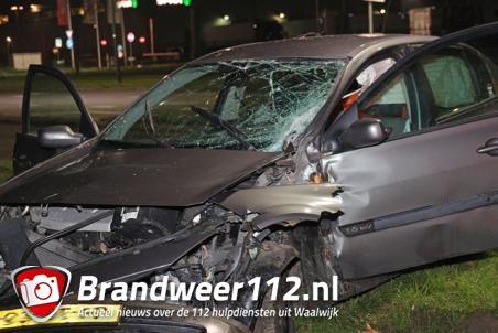 Bestuurder botst met auto tegen boom aan de Midden-Brabantweg Waalwijk