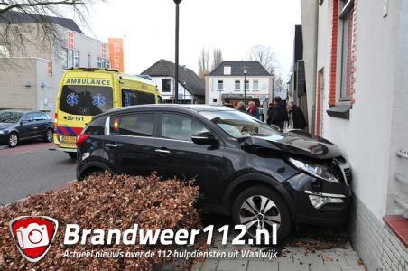 Vrouw rijdt met auto tegen huis in Waalwijk