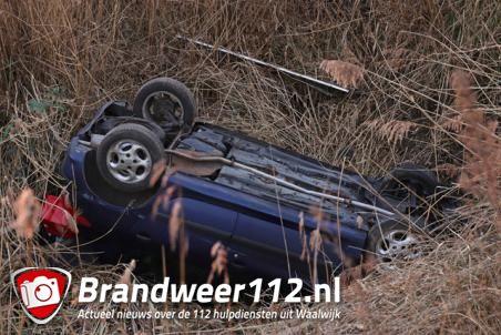 Bestuurster vliegt uit de bocht en belandt in sloot bij Waalwijk-Oost