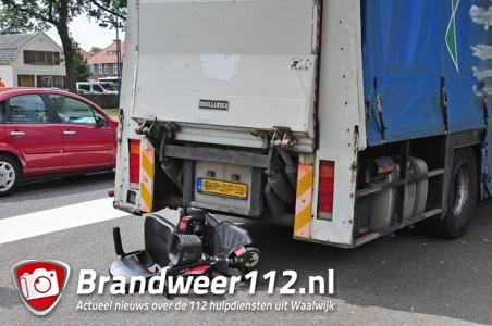 Vrouw komt met scootmobiel in botsing met vrachtwagen in Waalwijk