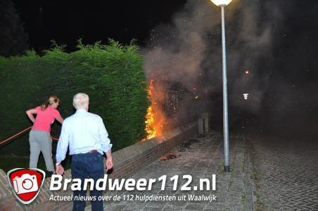Bewoners zien meters hoge vlammen in hun tuin aan de Burg. van Heystlaan Waalwijk