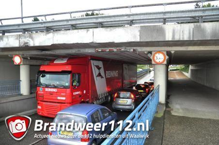 Vrachtwagen 'muur- en muurvast' onder viaduct Waalwijk