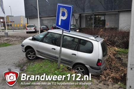Bestuurder wil auto netjes in een parkeervak zetten in Waalwijk, maar rijdt een sloot in