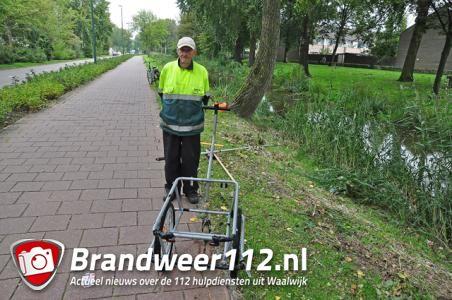 Vuilophaler Henk (85) boos en verdrietig: jongens trappen afvalwagentje in het water