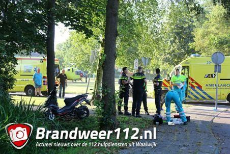 Zwaargewonde na botsing tegen boom in Waalwijk