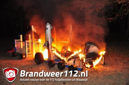 Speeltoestel gaat in vlammen op, waarschijnlijk in brand gestoken
