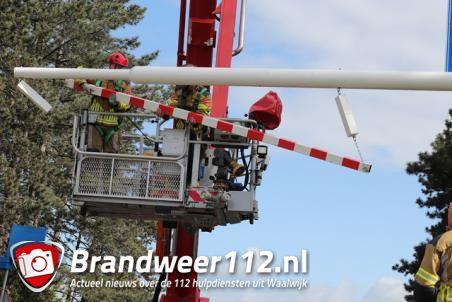 Vrachtwagenchauffeur rijdt tegen waarschuwingsbalk aan de Hertog Janstraat Waalwijk