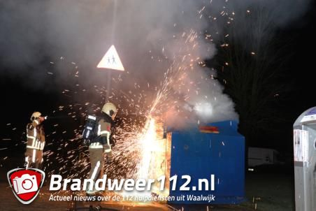 Kledingcontainer in brand aan de Berkenlaan Waalwijk