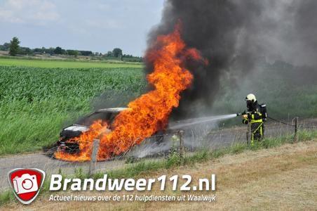 Auto compleet in lichterlaaie in Waalwijk; vlammen in wijde omtrek te zien