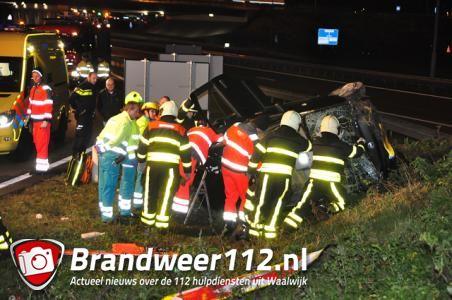 Auto vliegt uit de bocht op A59 Waalwijk, vrouw uit auto gered